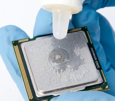 Сотрите остатки старой термопасты с процессора