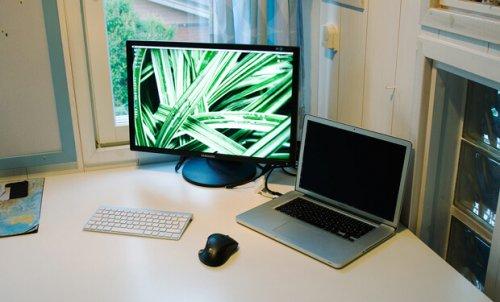 polosy na ekrane notebooka